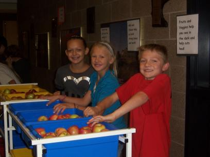 Oneka, MN Elementary Students Run the Healthy Snack Cart