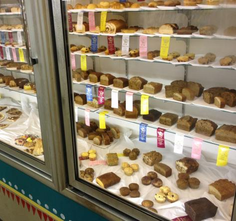 The glass cabinet of baked goods